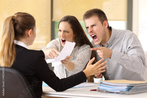 Fotografiet  Angry couple claiming at office