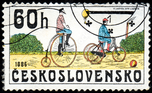 Fotografia UKRAINE - CIRCA 2017: A stamp printed in Czechoslovakia shows Bicycles 1886, fro