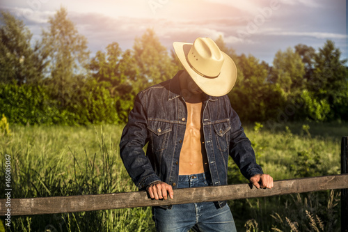 Tela Portrait of sexy farmer or cowboy in hat with unbuttoned shirt on muscular torso