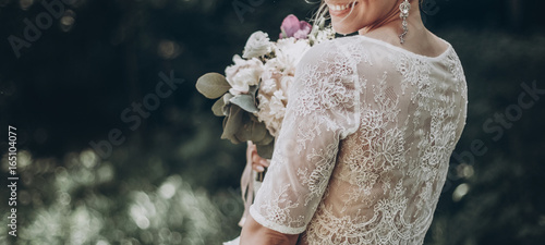 Photo  stylish wedding bride with bouquet and amazing modern dress