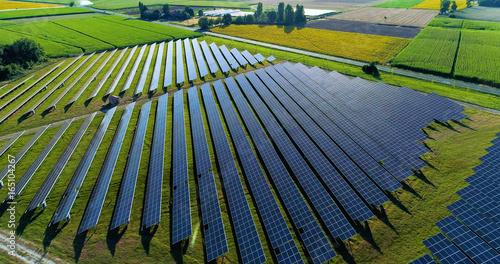 Fotografie, Tablou champs de panneaux solaire dans une ferme solaire, france
