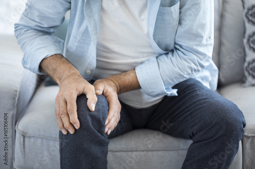 Fotografiet  Old man suffering from knee pain