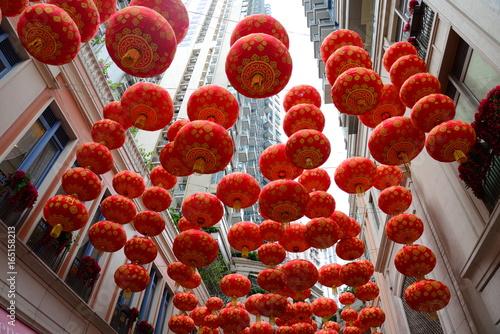Montage in der Fensternische Violett rot 香港リートン・アベニューの提灯