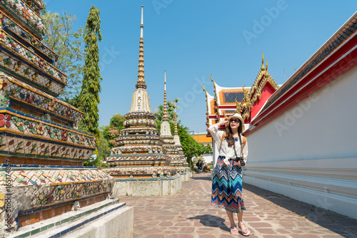 Foto op Aluminium Bedehuis beautiful woman traveler walking in wat pho temple