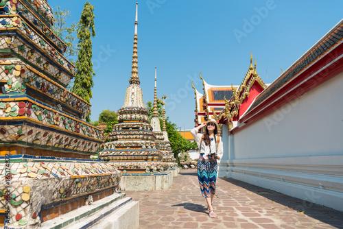 Foto op Plexiglas Bedehuis female tourist girl visiting famous wat pho temple