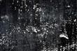 weiße Sprenkler auf schwarzer Wand