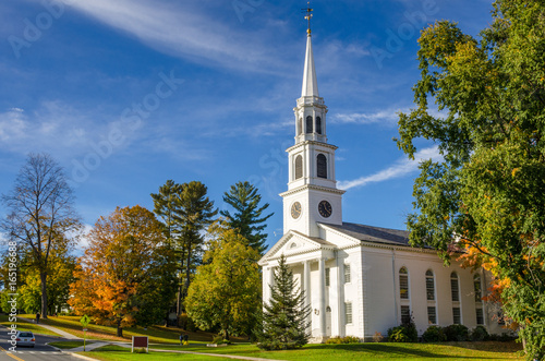La pose en embrasure Edifice religieux Traditional American White Church in Williamstown, MA, at Sunset