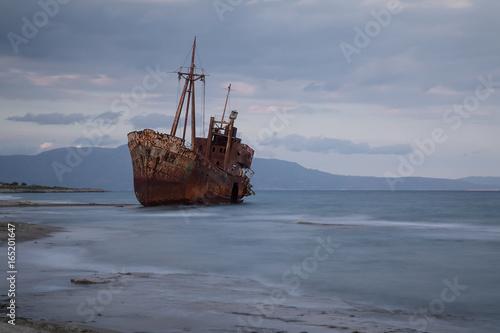 In de dag Schip Schiffswrack an der Küste von Peleponnes