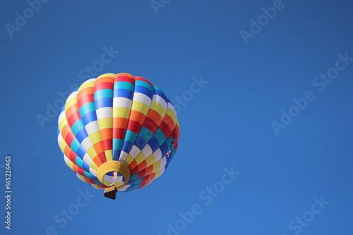 Fotomagnes Balon na gorące powietrze w bue niebie