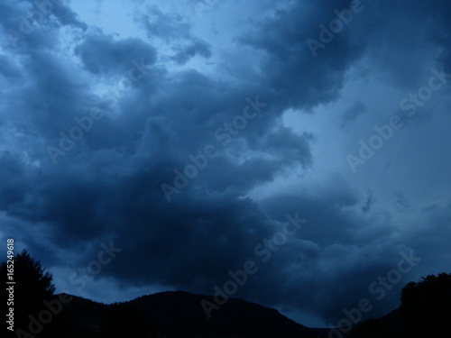 dunkelblaue wolken über ortenau lauf Canvas Print