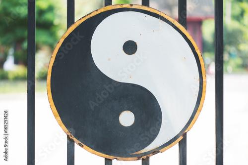 Plakat Symbol Ying i Yang wiszą na bramie taoistycznej świątyni w Chin