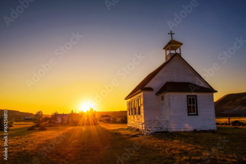 La pose en embrasure Edifice religieux Sunset over the old church in the ghost town of Dorothy