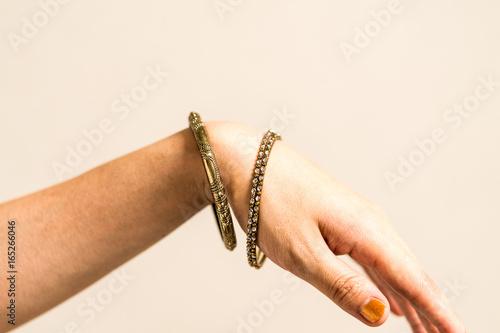 Photo 腕輪をつけた女性