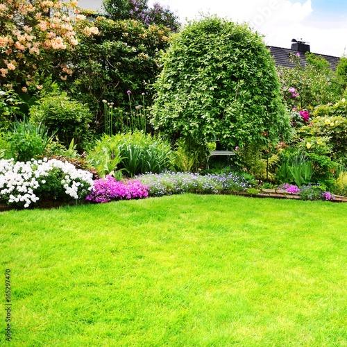 Papiers peints Jardin Schöne Gartenanlage mit Rasenfläche