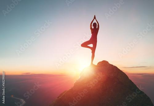 Fotografia  Woman practices yoga