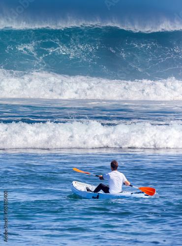 Fotografie, Obraz  kayakiste face à une vague géante
