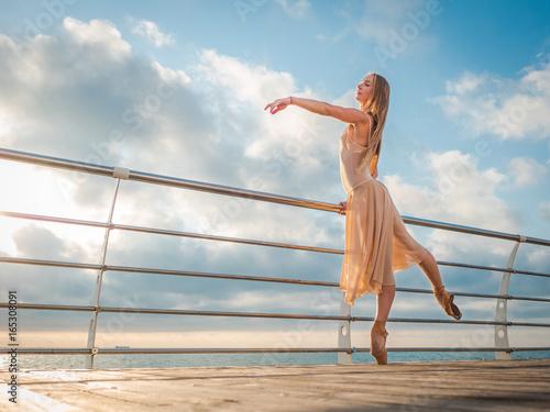 balerina-w-bezowej-jedwabnej-sukni-na-bulwarze-nad-oceanem
