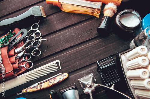 Plakat Piękne profesjonalne narzędzia profesjonalne zestawy fryzjerskie, nożyczki, ostry brzytwa, mechaniczne i elektroniczne maszynki do strzyżenia włosów, lokówki, klipsy. Vintage stylowy tło do salonu piękności