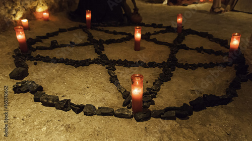 Fotografía Satanic pentacle with lighted candles