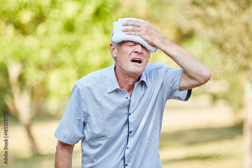 Photo Fainting Senior man cooling his head