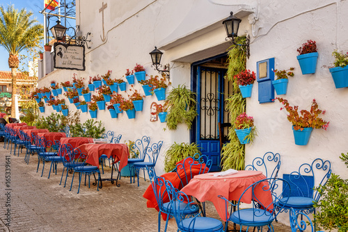 Obraz na plátně Picturesque outdoors cafe in the white town of Mijas, Spain.
