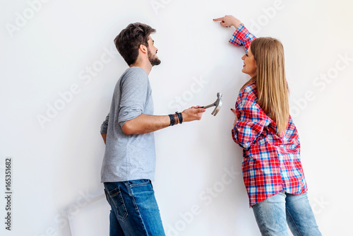 Fotografía  Choosing where to hang a painting in new home