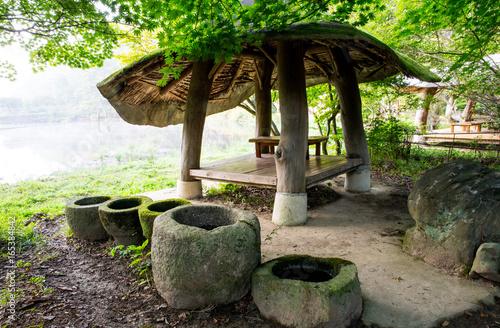 Tuinposter Oude verlaten gebouwen 숲속의 호수