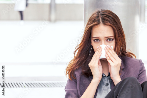 Sick business woman with sneezing in tissue Canvas-taulu