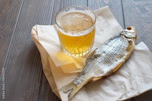 Montage in der Fensternische Bier / Apfelwein Вяленная рыба, стакан пива