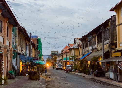 Foto  Buildings on the street of Kampot Old Town. Cambodia