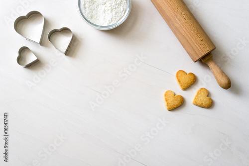 Fotografía  Gebäck Kekse mit Schokolade in Herzform liegen nach dem Backen mit Nudelholz dek