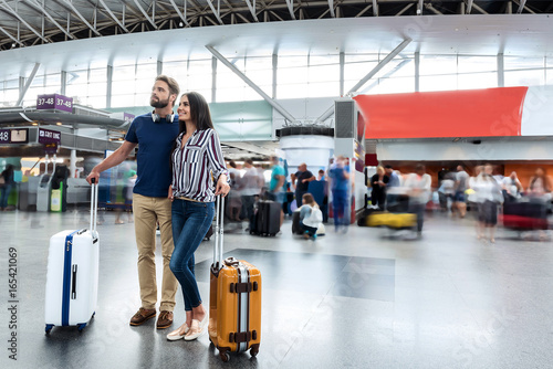 Photo sur Aluminium Voies ferrées Happy smiling passengers in airport