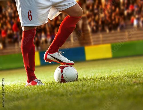 Zdjęcie XXL Gracz piłki nożnej z czerwonymi skarpetami przygotowywa dla bezpłatnego kopnięcia.