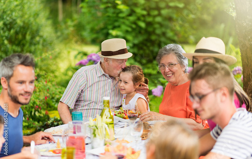 Foto  Lunch in the garden for multi-generation family