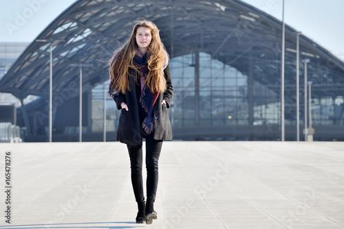 Fototapeta Young girl on city street. obraz