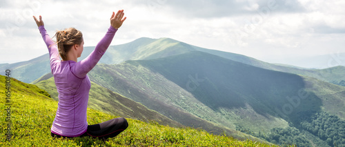 Fotografía  Young woman on the top of mountain