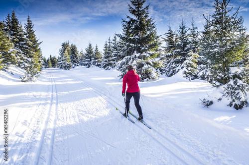 Tuinposter Wintersporten Frau beim Langlaufen in Winterlandschaft