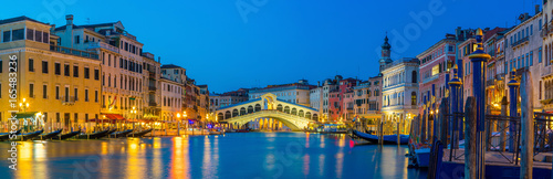 Photo Stands Venice Rialto Bridge in Venice, Italy