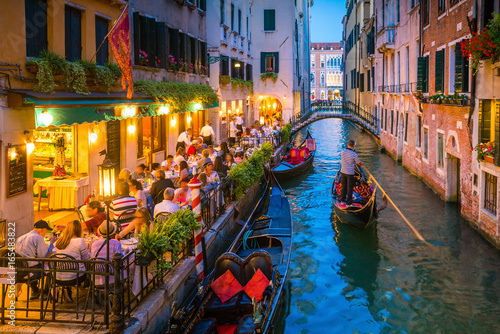 Spoed Fotobehang Gondolas Canal in Venice Italy at night