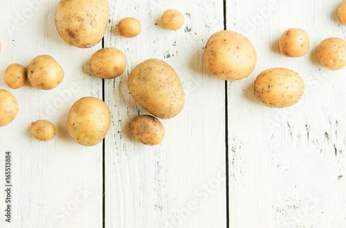 Canvastavla frische junge kleine und große Kartoffeln ernte Welle Wellen Hintergrund Textfre