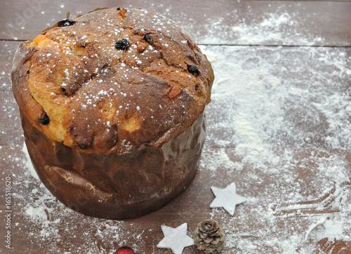 panettone sur table en bois et décoration de Noël – kaufen Sie ...