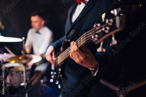 Fotografía  Man plays on the guitar