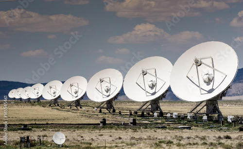 Keuken foto achterwand Nasa row of large satellite dishes on a hot summer day at a radio telescope station in northern New Mexico