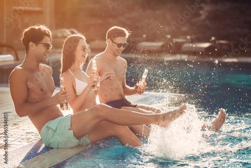 Photo  Friends near swimmimg pool