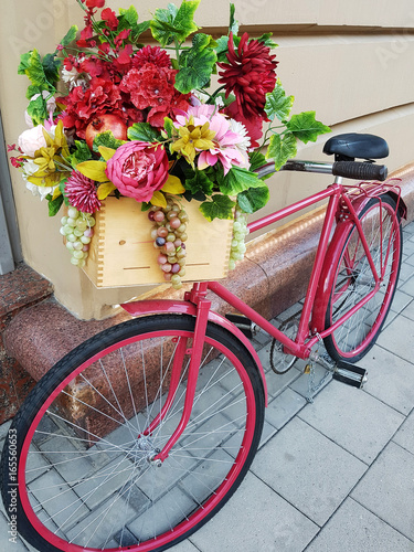 Staande foto Fiets Pink bicycle with flower box