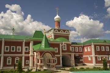 Fototapeta na wymiar Николо-Пешношский монастырь, святые ворота с надвратной церковью.