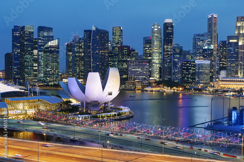 wieczorny-widok-na-przystan-i-sylwetke-miasta-singapur