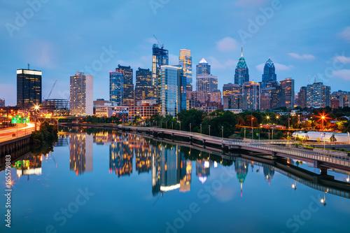 Photo Stands Philadelphia skyline at night