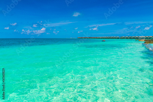 Poster Turquoise Beautiful water villas in tropical Maldives island .