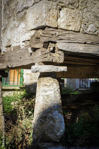 Hórreo en el pueblo de Aria, tornarratas, valle de Aézcoa, Navarra, España Wallpaper Mural